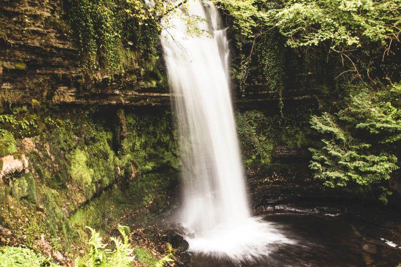 Vue d'une cascade en Irlande.