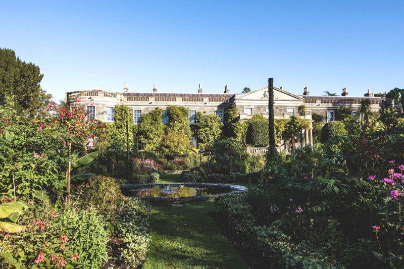 Vue d'un palais et de ses jardins en Irlande.