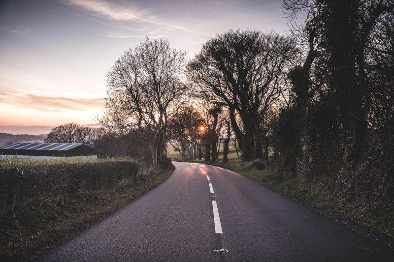 Vue d'une route en Irlande.