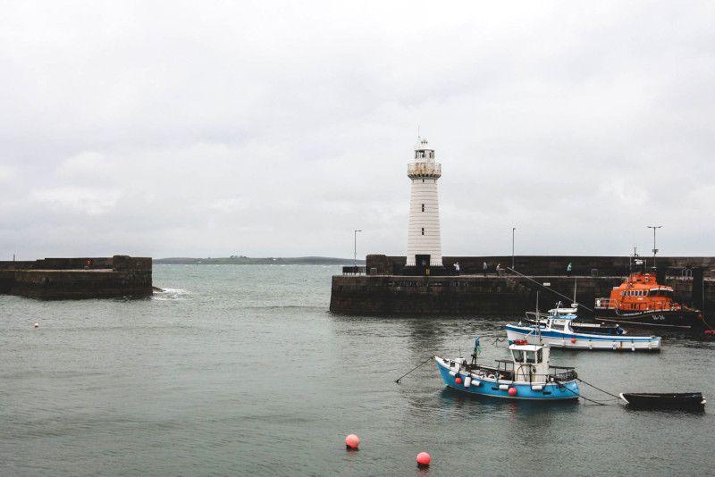Vue d'un port et d'un phare en Irlande.