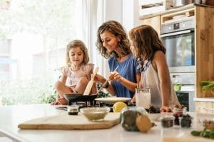 mère cuisinant avec ses deux filles