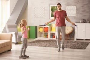 père et fille faisant du sport d'intérieur