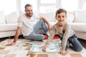 père et fils jouant au Monopoly