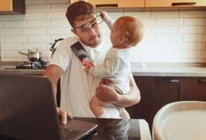 bébé qui vole les lunettes de son père