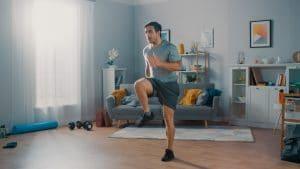 homme faisant du sport dans son salon