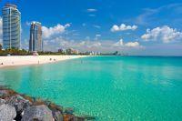Vue sur la Miami Beach et deux grattes-ciel sous le ciel bleu