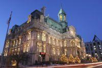 vue de nuit sur l'hôtel de ville de Montréal éclairé