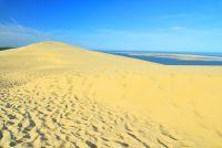 Dune de sable face à la mer