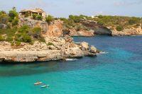 Eaux turquoise en face de la plage de Cala Rossa