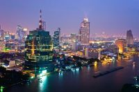 Vue aérienne sur les grattes-ciel de Bangkok de nuit