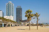 Grattes ciel dérrière la plage la Barceloneta