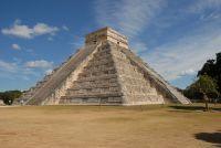Vu latérale de la pyramide Chichen Itza