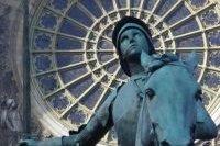 Gros plan sur le visage de la statue de Jeanne d'Arc
