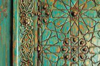 gravures artistiques sur une porte en bois