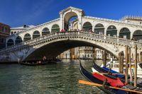 Vue sur les gondoles à Venise