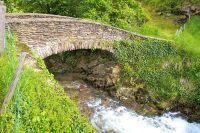 Pont sous lequel coule une rivière