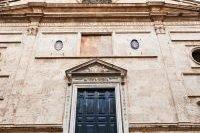 Façade et porte de l'Église Sant'Agostino