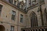 Vue dans l'enceinte de la cathédrale St Corentin