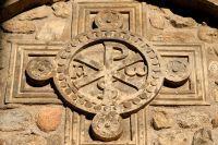 Représentation d'une croix dans la pierre